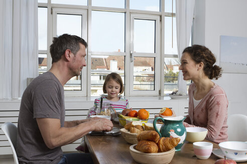 Father, mother and daughter having healthy breakfast - RBYF000440