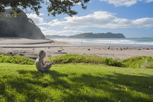 New Zealand, North Island, Waikato, Coromandel Peninsula, Hot Water Beach, girl sitting in the shadow - JB000027