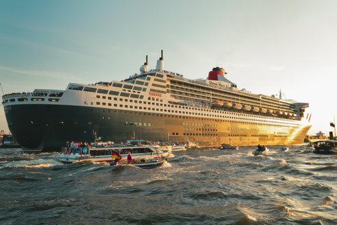 Germany, Hamburg, Cruise liner Queen Mary 2 leaving Hamburg Harbour - MS003356