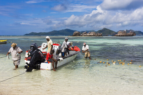 Seychelles, La Digue, Fishermen fishing at harbour of Seychelloise - WE000002