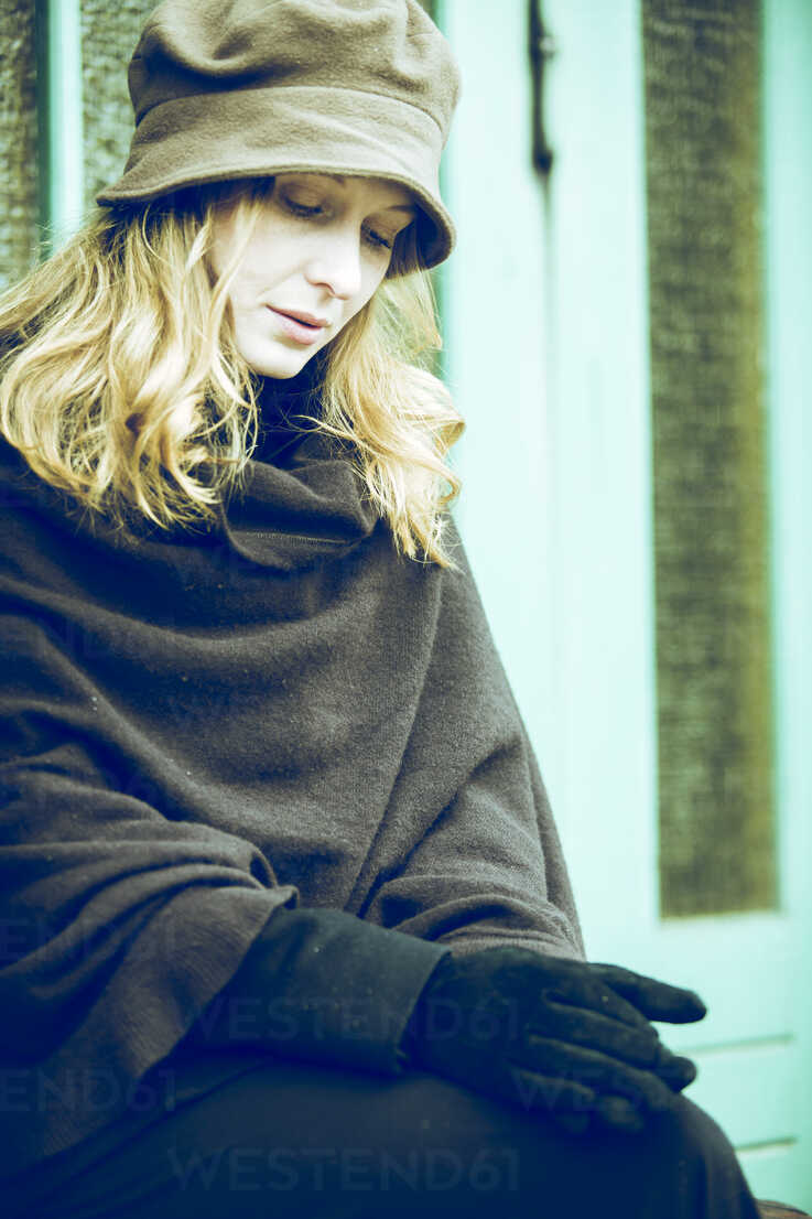 Portrait of sad woman waiting - NG000080 - Nadine Ginzel/Westend61