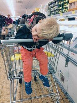 Little boy sleeping in shopping cart - MEA000207