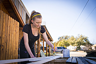 Young woman painting bars - ABAF001262