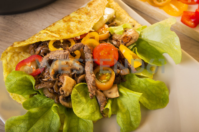 Kebab Omelette filled with beef, champignon, onions, salad and yoghurt dressing, Low Carb - CSTF000069
