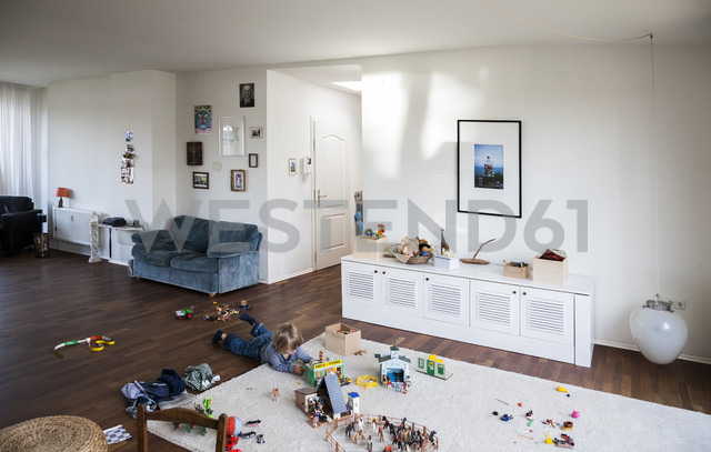 Boy playing on floor of living room - TK000305 - TeKa/Westend61