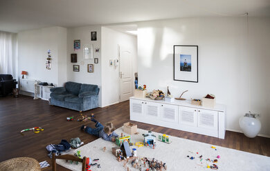 Boy playing on floor of living room - TK000305