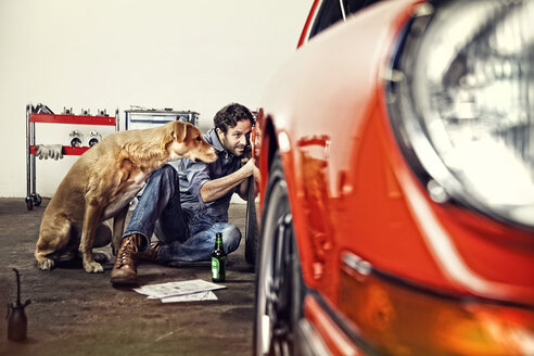 Man repairing his vintage car - SE000571