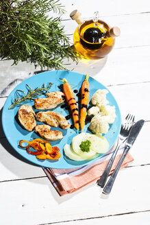 Chicken filets with cauliflower, carrots and bell pepper - MAEF007979