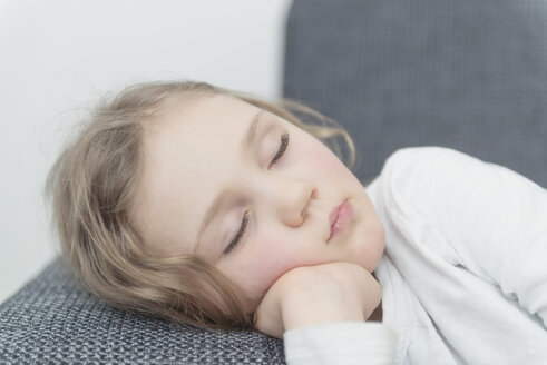 Portrait of little girl sleeping on a couch - MW000035