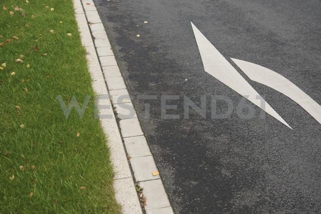 Arrow sign on street - VI000237