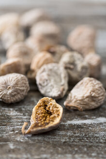 Dried figs coated with spelt flour on wooden table - MAEF008021