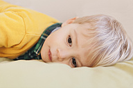 Portrait of toddler laying on bed, close-up - MFF000917
