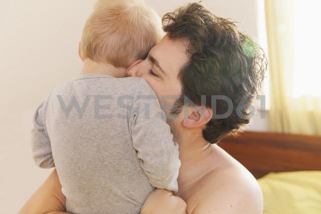 Father cuddling his little son - MFF000907 - Mareen Fischinger/Westend61