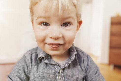 Portrait of toddler outstretching his tongue - MFF000905