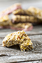 Two pieces of granola bar on wooden table, close-up - MAE008043