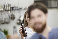 Friends in kitchen drinking beer - FMKF001004