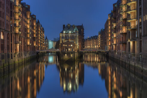Germany, Hamburg, Wandrahmsfleet at old warehouse district (Speicherstadt) by night - RJF000002