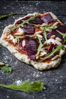 Mini pizza with beetroot, rucola and pine nuts - SARF000305
