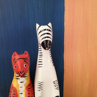 Wooden figures zebra and tiger with background - SE000617