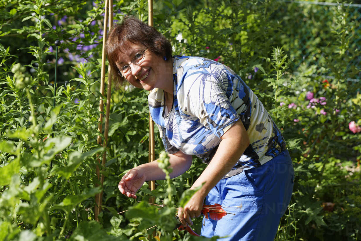 Germany, Bavaria, woman gardening in garden - SIEF005147 - Martin Siepmann/Westend61