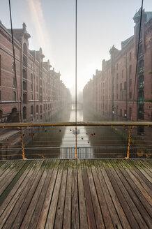 Germany, Hamburg, Speicherstadt, Wandrahmsfleet at sunrise - RJF000007