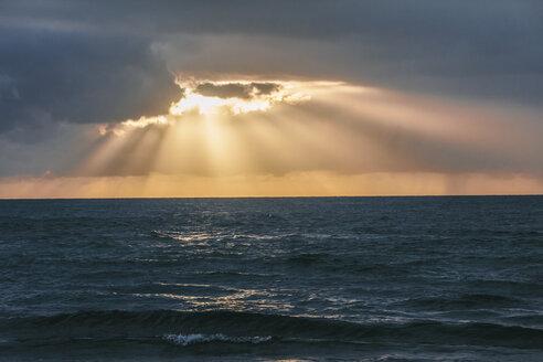 USA, Hawaii, Oahu, Sunset with light rays on the sea - AMCF000054