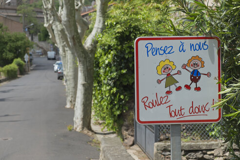France, Herault, Lac du Salagou, Octon, sign in front of a school - LAF000675