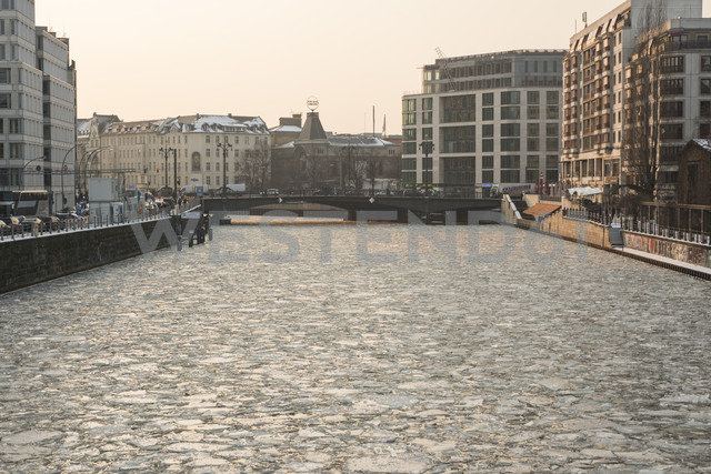 Germany, Berlin, frozen Spree river, view to Berliner Ensemble theatre - FBF000285 - Frank Blum/Westend61