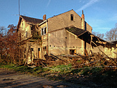 Old broken house at sunlight, Germany, Thuringia, Friedrichsroda - HCF000013