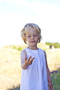 Little girl counting with fingers - JFEF000285