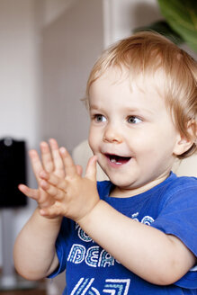Portrait of little girl clapping hands - JFE000315
