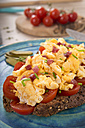 Scrambled eggs with ham cubes on protein bread with tomatos - CSTF000140