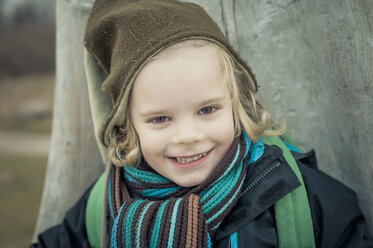 Germany, Mecklenburg-Western Pomerania, Ruegen,  portrait of smiling little boy - MJF000932