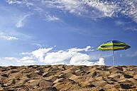 Portugal, Algarve, Sun shade at beach - SCH000146
