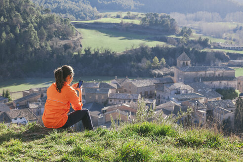 Spain, Catalunya, Orista, young female jogger having a break using smartphone - EBSF000118
