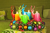 Germany, Cologne, Advent wreath with deer figures, Christmas Time, Couch, Living Room - GWF002828