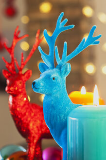 Colourful Advent wreath with candles and toy deers - GWF002650