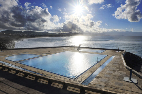 Portugal, Azores, Sao Miguel, Swimming pool at Atlantic ocean - ONF000423