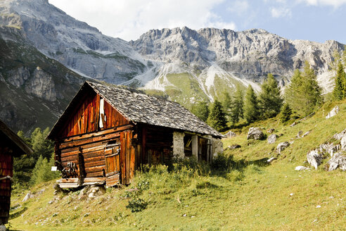 Austria, Lungau, wooden hut and mountains - KVF000083