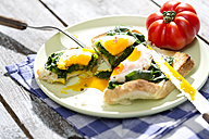Fried eggs and spinach on toast with tomato - MAEF008284