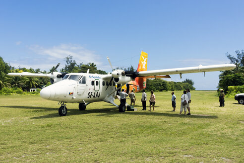 Seychelles, Northern Coral Group, Denis Island, DHC6 Twin Otter 300, Passengers before the departure - WE000041