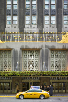 USA, New York, Manhattan, view to entrance of Waldorf Astoria with yellow cab in front - JWA000003