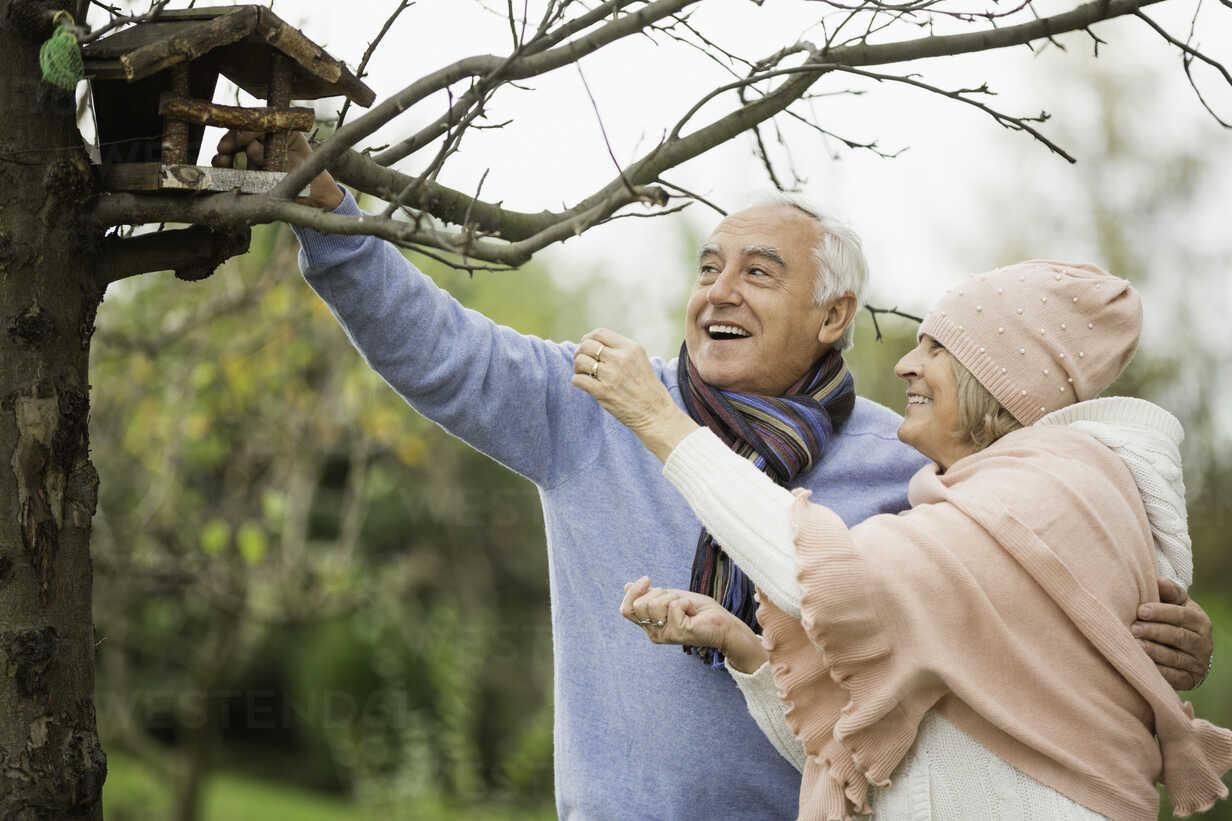 Senior couple watching a bird house - WESTF019193 - Fotoagentur WESTEND61/Westend61