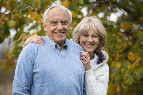 Portrait of smiling senior couple - WESTF019217