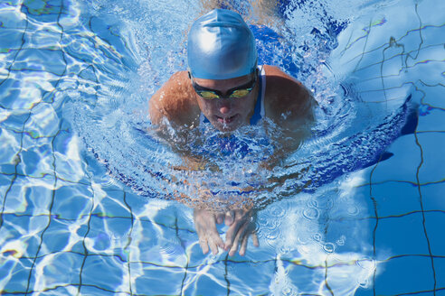 Female breaststroke swimmer with swimming googles in pool - GWF002671
