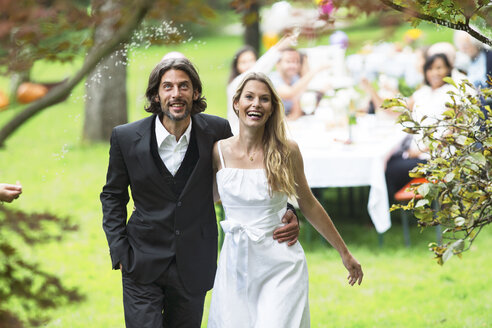 Bride and groom on a garden party - ABF000598