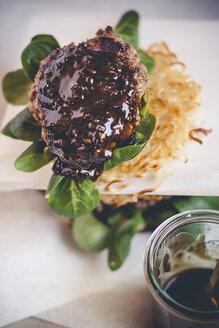 Ramen burgers, with beef patties and lamb's lettuce - SBDF000664