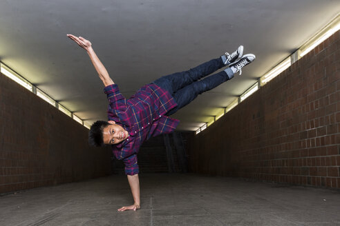 Young breakdancer in underpass - STS000384
