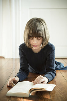 Portrait of reading girl - LVF000952