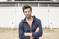 Portrait of man wearing hooded jacket - MUMF000040